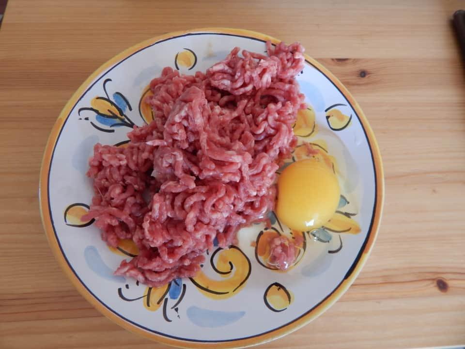 BARF Hackfleisch auf dem Teller