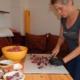 Angela schneidet Fleisch in der Küche für Katzenfutter