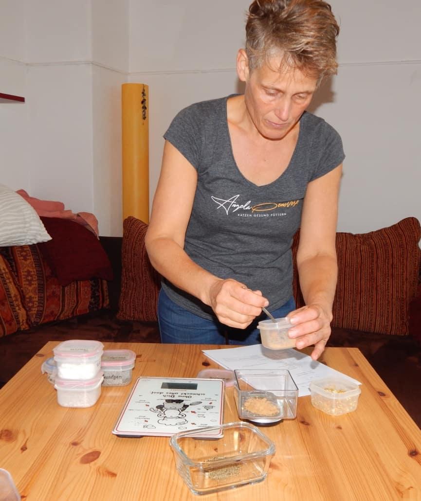 Angela wiegt BARF Supplemente ab