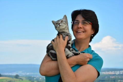 Glückliche Frau mit gesunder Katze