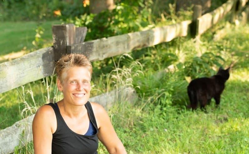 Angela mit Katze im Gras